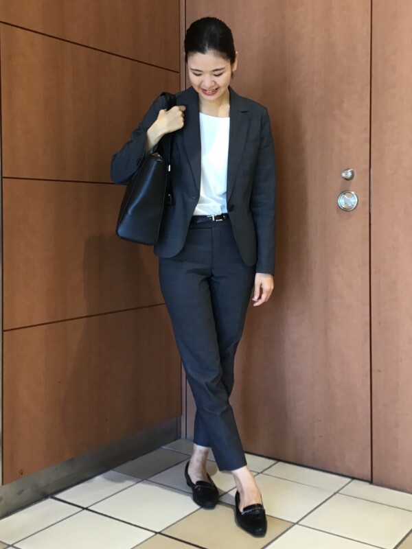 【Ladies】転職活動にオススメ!グレーの通年用スーツ